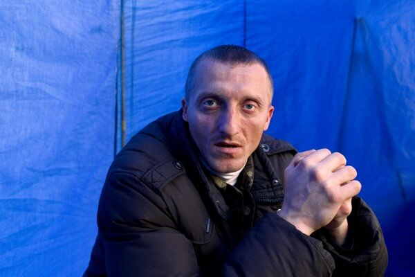 Roman Kyshuk (33 years), still a Maidan militiaman, has no idea how to get his life back on track. He suffers from a Post Traumatic Stress Disorder.